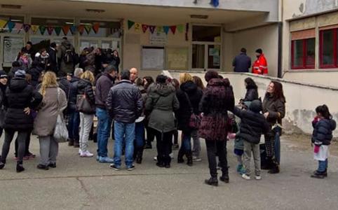 sciopero genitori - Topi nella scuola elementare. Genitori furiosi.